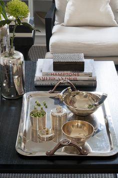 Mönstrad träask Chevron och en silverskål med hornhandtag, allt från K, silvervaser och bricka från Slettvoll, silverskålar och burkar från Oscar & Clothilde.