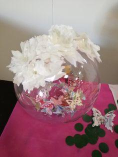 Boccia trasparente (fusto della birra) con farfalle e fil di ferro all'interno, e fiori di carta velina all'esterno.