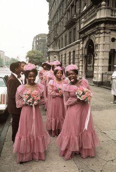 Fotografien aus Amerika 1963 - 2013. Hochzeitsgesellschaft mit Brautjungfern  auf der Fifth Avenue in Harlem, New York, 1983  © Thomas Hoepker / MAGNUM PHOTOS