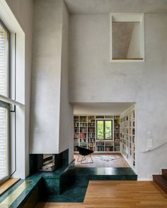 Älskar eldstaden, fint intill stora fönster och hög takhöjd intill trappen.