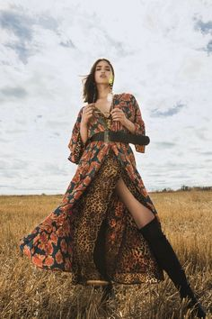 Discover effortless Festival Outfits at NA-KD Fashion. Fashion Poses, Fashion Shoot, Editorial Fashion, Boho Fashion, Vogue Fashion, Flower Fashion, Urban Fashion, Street Fashion, High Fashion