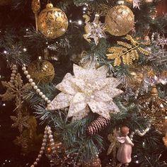 #lorelintheworld #merrychristmas #buonnatale #goldentree #christmasstar #swarovski #angels