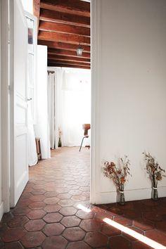 Jeanne Paris, renouveler le goût des fleurs - The Socialite Family Home Interior, Interior And Exterior, Interior Design, Terracota Floor, Decoration Hall, Tile Bedroom, Socialite Family, Gravity Home, Lets Stay Home