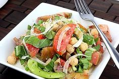The season's heirloom tomatoes are paired with crisp, spicy fennel in this Summer tomato fennel salad. Throw in some protein-rich chickpeas, and you've got a well-balanced and filling lunch. Source: Gen Y Foodie