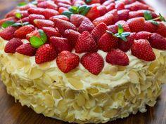 Eine verlockende Tradition direkt aus dem schönen Schweden. Die Torte aus fruchtigen Erdbeeren, süßer Zitronencreme und einem luftigen Teig wird speziell zur Sommersonnenwende serviert. Wir können Ihnen jedoch versichern: Diese fruchtige Kreation kann den ganzen Sommer über genossen werden!