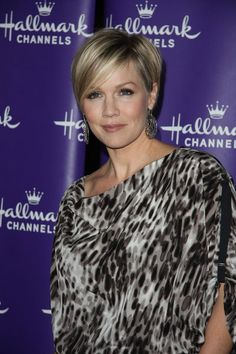Loving Jennie Garth's short cut!  Think I'll have mine done this way - I really miss having short hair...