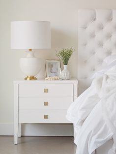 decoration eglise Grace 3 Drawer Nightstand Add a touch of refinement to your home with this stunning Grace 3 Drawer Dresser. White Nightstand, 3 Drawer Nightstand, Dresser Drawers, White Bedside Tables, Nightstand Ideas, Side Tables Bedroom, Drawer Knobs, Nightstands, Bedside Table Decor
