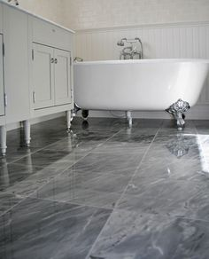 Ett lyxigt badrum med karaktär och vintagekänsla. Golvet täcks av grå marmor och på väggarna kombineras vit träpanel med matt, vitt kakel. Rummet är smakfullt möblerat med ett fristående badkar på silverfärgade tassar och ett lyxigt dubbelhandfat i marmor. Spa, Clawfoot Bathtub, Bathroom Inspiration, Home Decor, Decoration Home, Room Decor, Home Interior Design, Home Decoration, Interior Design