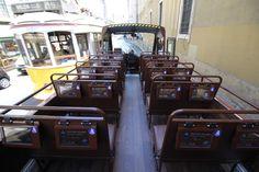 A nossa caravela a cruzar-se com um eléctrico em plena Baixa de Lisboa!