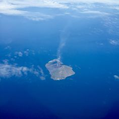 Il vulcano Stromboli in attività fotografato a bordo di un aereo
