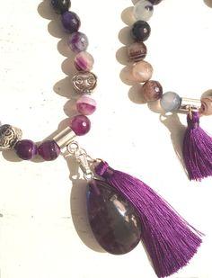 COLLAR: ágata facetada púrpura-violeta-beige, con abalorios plateados, colgante de amatista y borla decorativa púrpura - cuentas: ágata facetada púrpura-violeta-beige (10 mm) - colgante: lágrima de amatista (40 mm) - borla: decorativa realizada a mano, color púrpura (70 mm) Largo total del collar con colgante y borla: 38 cm.