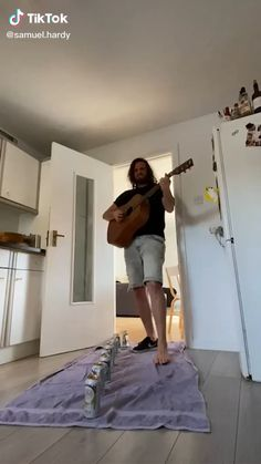 Guitar Chords For Songs, Music Guitar, Playing Guitar, Really Funny Memes, Stupid Funny Memes, Funny Relatable Memes, Music Memes, Music Humor, Funny Vid