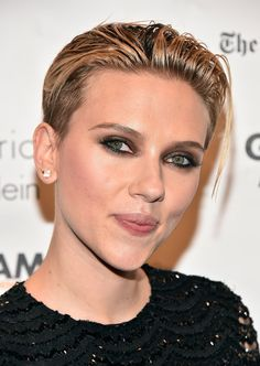 Scarlett Johansson Looks Amazing at Gotham Film Awards After News of Her Secret Wedding Breaks! Scarlett Johansson Ghost, Black Widow Scarlett, Beard Model, Edgy Hair, Tomboy Hair, Film Awards, Charlize Theron, Hair Pictures, Hairstyle Pictures