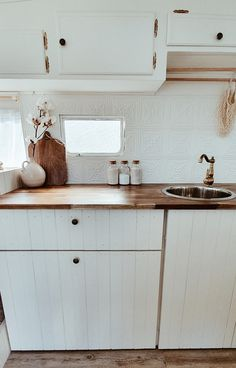 Looking for travel trailer remodel ideas? We have found some of the best caravan renovation ideas and put them all into one great post. Caravan Renovation Diy, Diy Caravan, Caravan Living, Caravan Home, Caravan Decor, Caravan Makeover, Retro Caravan, Caravan Ideas, Rv Makeover