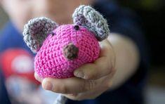 Der er stadig brug for hæklede mus på landets børneafdelinger, og vi håber, at rigtig mange af vores kreative læsere har lyst til at bidrage til det gode formål. Knit Crochet, Crochet Necklace, Baby Shoes, Felt, Disney, Knitting, Granny Squares, Women's Fashion, Amigurumi