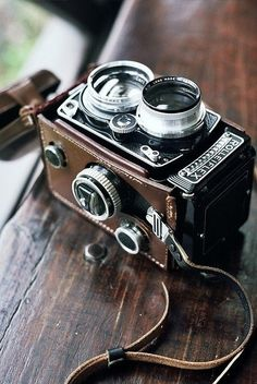 A very fresh photograph of the leatherband and Rolleiflex camera.