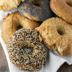 Homemade BagelsYes it is possible to actually make delicious. Homemade Bagels Yes it is possible to actually make delicious homemade bagels in your own kitchen and this recipe proves just how easy it is. No Knead Bagel Recipe, Pork Recipes, Bread Recipes, Spelt Bread, Brunch, Homemade Bagels, Easy Bread, Wrap Sandwiches, Sans Gluten