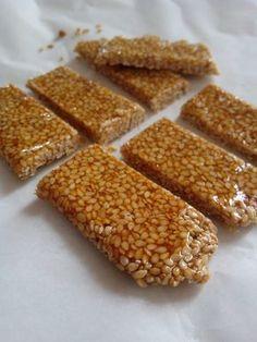 Barres Sésame - Miel Muesli, Granola, Healthy Protein Breakfast, Low Carb Protein Bars, Raw Food Recipes, Sweet Recipes, Dessert Recipes, Milk Recipes, Biscuit Cookies