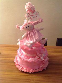 Torta di pannolini con bambola fatta a mano per la nascita di Gioia