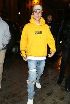 Justin Bieber - Steps out with friends