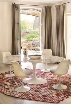 Renovated family house in Provence – Table Ideas Dining Room Chair Cushions, Living Room Chairs, Living Room Interior, Dining Rooms, Mesa Saarinen, Saarinen Table, Knoll Chairs, Interior Architecture, Interior Design