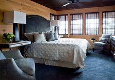 Спальня с деревянными стенами   #вагонка #спальня #темныйпотолок