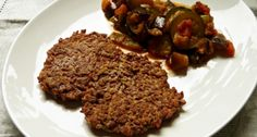 Ratatouille mit Plätzchen von Rotem Camargue-Reis - sommerliches Gemüse zu nussigen Reispuffern