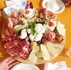 Tagliere Mozzarella & Co. Un piccolo posto di Ostuni. Tutti prodotti tipici e buonissimi! Questo mix di formaggi salumi e mozzarelle é stato il massimo!