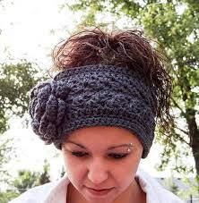 55 Latest Crochet Headband Patterns - The Funky Stitch Crochet Flower Headbands, Crochet Puff Flower, Crochet Bows, Crochet Headband Pattern, Crochet Flowers, Crochet Gratis, Free Crochet, Simple Crochet, Drops Design