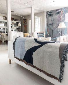 """Country Home & Art Posters on Instagram: """"So happy with the new blanket! A perfect match. Miten voi viltti tehdä näin onnelliseksi – ja tää on vielä kääntöviltti, eli talvella voi…"""" Picture Blog, Picture Design, Matcha, Black And White, Living Room, Pillows, Bedroom, Interior, Inspiration"""