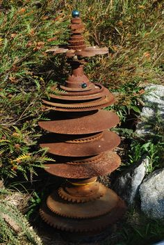 11 Rustic Rusty Metal DIY Ideas For Your Lawn And Garden I have always worried about things rusting. I mean, you buy shiny new metal items and you want to keep them that way, right? Rusty Garden, Garden Junk, Lawn And Garden, Metal Sculpture Artists, Steel Sculpture, Metal Sculptures, Abstract Sculpture, Bronze Sculpture, Metal Yard Art