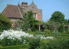 sissinghurst gardens england   Sissinghurst Castle Gardens - White Garden - 4