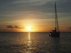 Coucher de soleil sur le mouillage de Deshaies, au nord-ouest de la Guadeloupe.