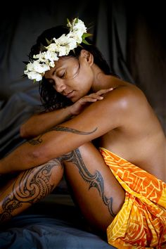 The ancient Polynesian ritual of tattooing is still a big part of the Cook Islands cultural. Polynesian Girls, Polynesian Culture, Tahiti, Kura, Island Tattoo, Society Islands, Hawaiian Girls, Polynesian Tattoo Designs, Islands In The Pacific
