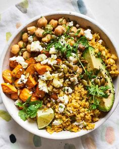 Recipe: Cauliflower Rice Lunch Bowl with Sweet Potatoes and ChickpeasThese cauliflower rice bowls are the healthy and cheap lunch you have been looking for. The bowls feature chickpeas, root vegetables (such as sweet potatoes, butternut squash Sweet Potato And Chickpea Recipe, Clean Eating Snacks, Healthy Eating, Healthy Food, Eating Raw, Raw Food, Lunch Bowl Recipe, Veggie Bowl Recipe, Vegetarian Lunch