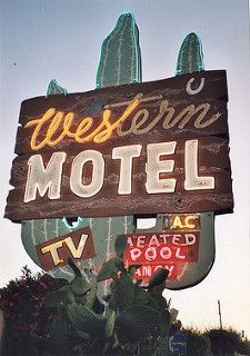 Love these awesome old kitschy motel signs Old Neon Signs, Vintage Neon Signs, Old Signs, Western Signs, Western Wall, Western Food, Western Decor, Station Essence, Googie