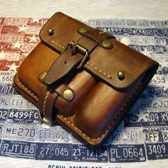 Уникальный кошелек Handmade на ремне из американской кожи растительного дубления, искусственно состаренной в стиле винтаж, прошит вручную седельным швом вощеной нитью. Содержит отделение для бумажных денег, отделение для швейцарского ножа Victorinox, кармашки для пластиковых карточек и карман для ме