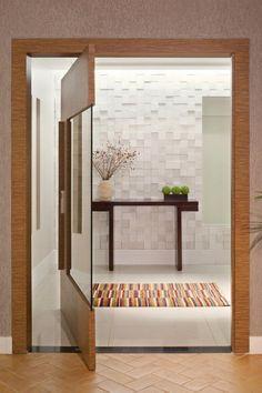 Casa MP / Studio AZ #porta #madeira #vidro #entrada #hall #door #doorway #entry #entrance #wood #glass #wall #detail