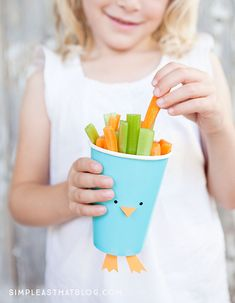 Easy Easter Fruit and Veggie Cups – quick, healthy and inexpensive fun for Spring! These cute cups are perfect for parties, classroom snacks and make a great Spring craft! Classroom Snacks, Preschool Snacks, Easter Activities, Easter Snacks, Easter Party, Easter Treats, Veggie Cups, Spring Party, Hoppy Easter