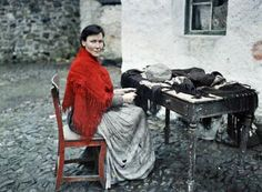 29 may Autochrome by Albert Kahn :Mother Of Seven Making Fringes For Knitted Shawls (Galway, Ireland, 29 May 1913 by Albert Kahn) Vintage Photographs, Vintage Photos, First Color Photograph, Albert Kahn, Erin Go Bragh, Irish Cottage, Photo Vintage, Color Photography, War Photography