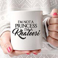 Ich bin keine Prinzessin, ich bin ein Khaleesi | Game of Thrones | Drachen | Königin | TV-Liebhaber Coffee Mug  Jede Kaffeetasse ist Spülmaschine/Mikrowelle sicher und erstellte unser eigenes professionelle Equipment. Die Tinte, die wir verwenden ist in die Glasur der Tasse verschmolzen, wodurch das Bild auf der Tasse dauerhaft zu bleiben.  ........................................  • Top Rack, Geschirrspüler und Mikrowelle sicher Keramiktasse • Hochglanz-Finish am Endprodukt • 11 & 15 Unzen ...