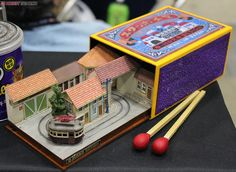 イラストレーター兼模型作家の諸星昭弘さんの作品。  マッチ箱の中にレイアウトがっ!小さっ!