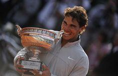 Image désormais classique de Rafael Nadal qui croque à pleines dents dans son trophée. Le Majorquin n'est toujours pas rassasié.