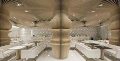 Widoczne przez przeszklone elewacje potężne, pękate kolumny wyglądają, jakby podpierały sufit stanowiąc element konstrukcji budynku. Tymczasem są jedynie wykonaną z cienkiej sklejki dekoracją inspirowaną grafikami Mauritsa Cornelisa Eschera. Tak wita gości kawiarnia Graffiti Cafe w Warnie, której wnętrza zaprojektowali architekci ze Studia MODE.  http://sztuka-wnetrza.pl/972/artykul/u-eschera