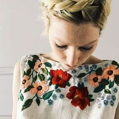 bordado + floral = amor total … Top Bordado, Bordado Floral, Hand Embroidery, Embroidery Designs, Embroidery Stitches, Russian Embroidery, Flower Embroidery, Tessa Perlow, Cooler Style