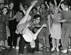 Lindy Hop or Jitterbug Lindy Hop, Rock And Roll Dance, 1950s Rock And Roll, Swing Dancing, Swing Dance Moves, Louis Armstrong, Bailar Swing, Alberto Moravia, Ballet Russe