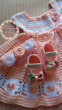 Pink and White Crochet Baby Booties por Tippy - Knit & Share Newborn Crochet Patterns, Crochet Baby Dress Pattern, Crochet Doll Dress, Crochet Fabric, Baby Girl Crochet, Crochet Baby Clothes, Crochet Baby Shoes, Crochet For Kids, Booties Crochet