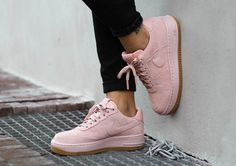 Découvrez en images la Nike Wmns Air Force 1 Upstep LX 'Arctic Orange', une exclusivité pour femme en daim premium rose pâle.