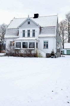 Winter White Cottage/ love old houses Swedish Cottage, Swedish House, White Cottage, Swedish Decor, Gambrel Roof, Cabins And Cottages, Scandinavian Home, Scandinavian Architecture, Scandinavian Christmas