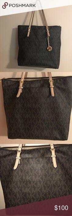 Micheal Kors Handbag Original Michael Kors purse. In Great Condition                           Gold Zipper; 1 pocket (exterior); 1 zipper pocket (interior); 4 pockets ( interior) very spacious Michael Kors Bags Shoulder Bags